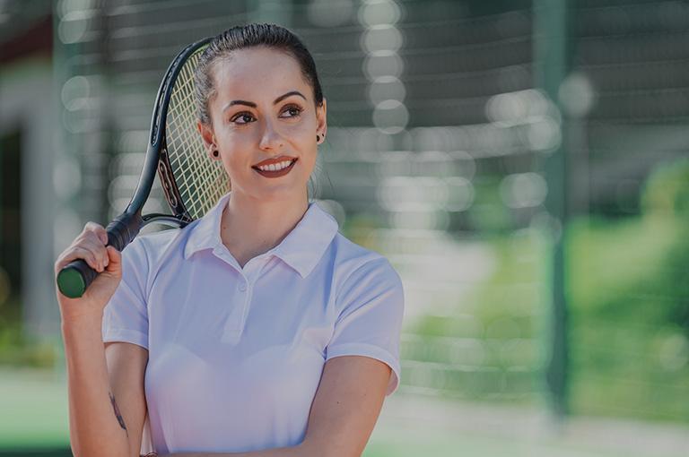 kobieta nakorcie tenisowym