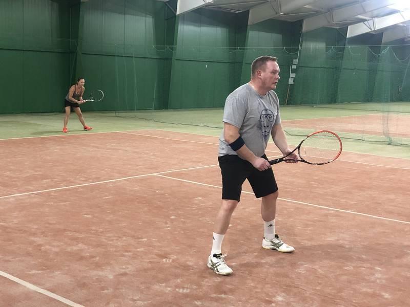 tenisiści w trakcie gry